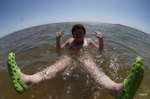 Купание в соленой воде. Озеро Баскунчак. Богдинско-Баскунчакский заповедник. Ахтубинский район. Астраханская область.